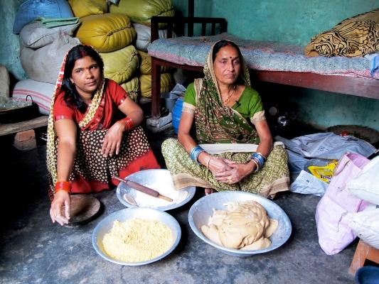 Preparing_dal_puris,_Bihar1