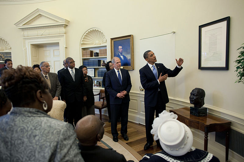 800px-President_Barack_Obama_views_the_Emancipation_Proclamation_in_the_Oval_Office_2010-01-18